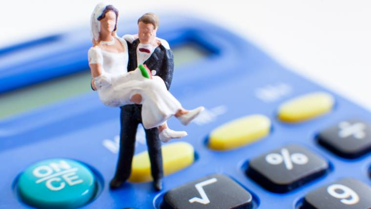 How-much-does-it-cost-to-hire-a-wedding-dj?